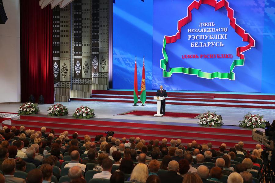 ВРеспублике Беларусь напарад привезли диваны, холодильники, стиральные машины