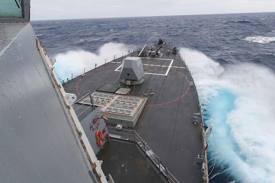 Эсминец США врезался вяпонский буксир