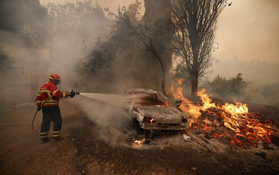 ВПортугалии эвакуируют десятки деревушек  — Европа впламени