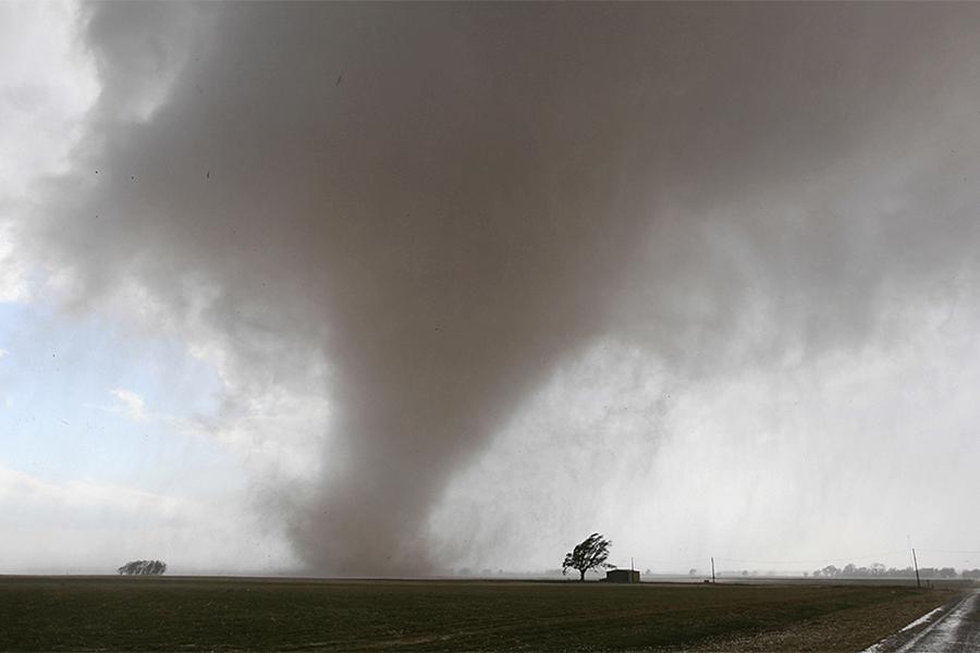 Полет пенсионерки вчугунной ванне закончился удачно — Торнадо вСША