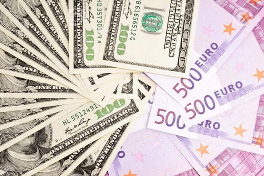 Официальный курс доллара понизился на22 копейки, евро— вырос на30