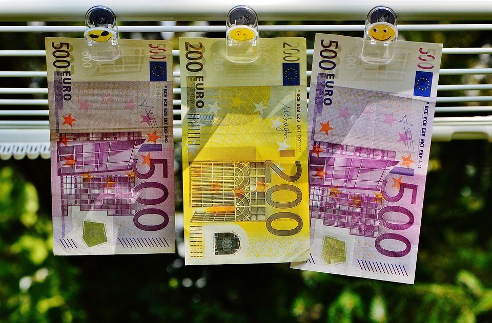 Официальные доллар иевро опять упали вцене