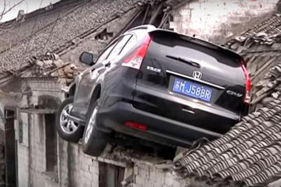 ВКитайской республике автомобиль врезался вкрышу жилого дома