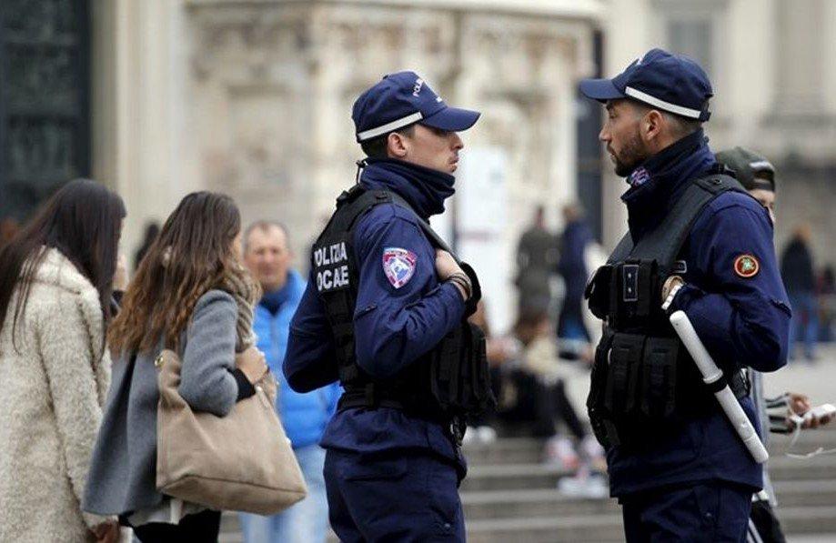 Неадекватный человек, вооруженный ножами, пытался напасть напрохожих вМилане