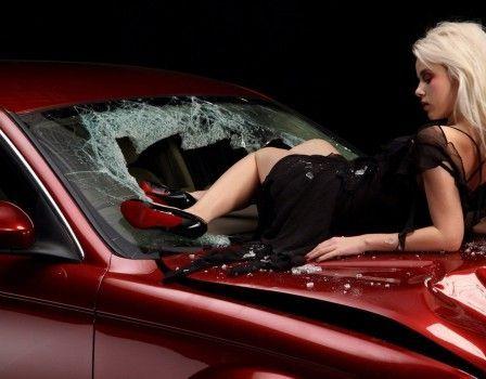 Голая ипьяная минчанка повредила два автомобиля такси