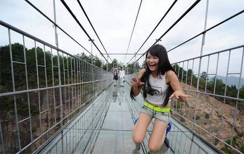 В Китае открылся прозрачный подвесной мост