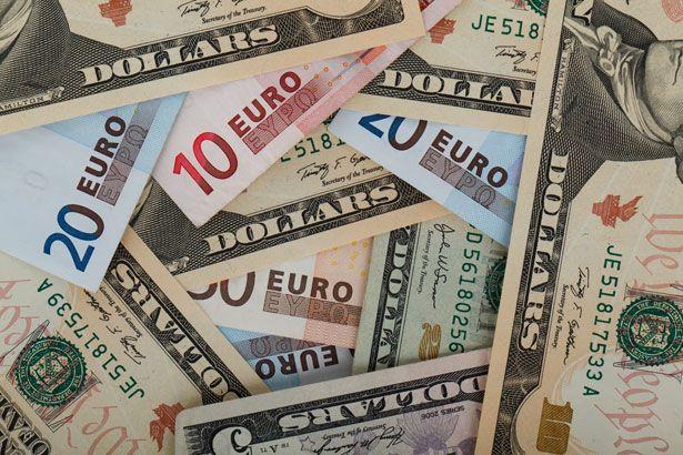 Рубль укрепился к доллару и евро на открытии