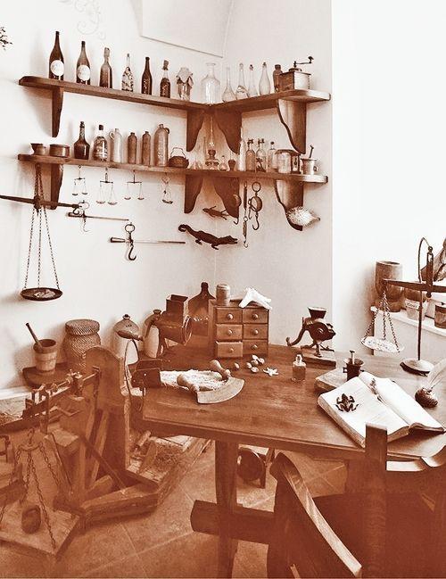 Интерьер аптеки-музея в городе Гродно. Здесь когда-то Жилибер учил своих студентов!