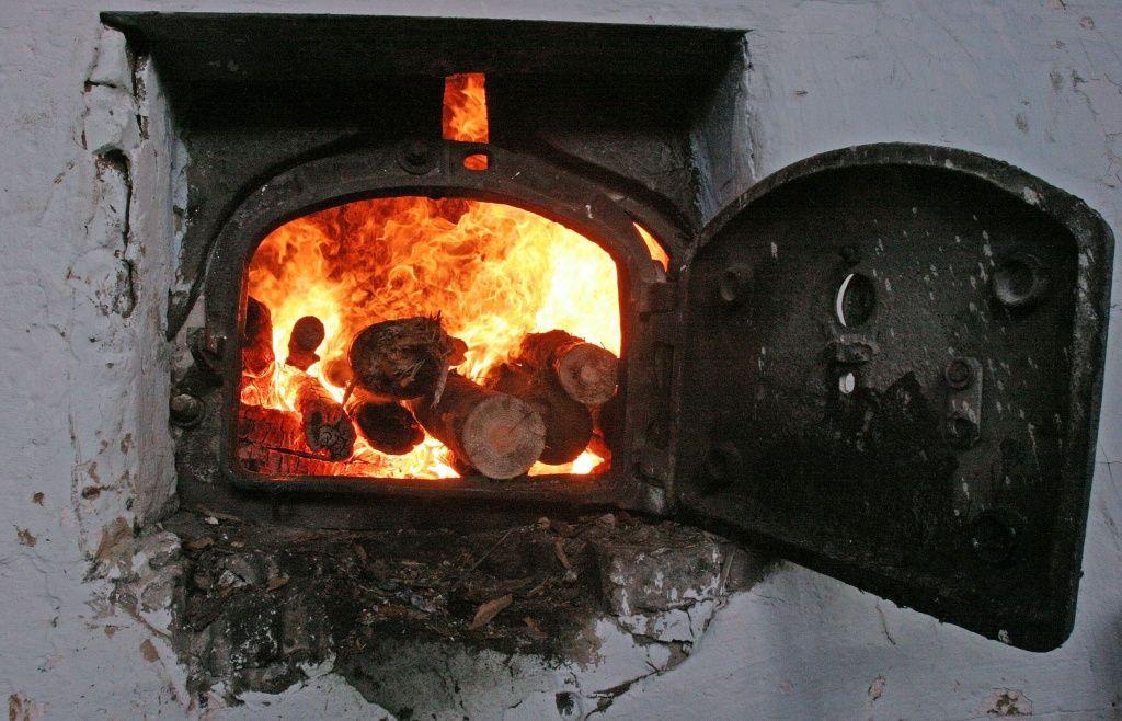 В Столинском районе хулиганы пытались сжечь кочегара в котельной