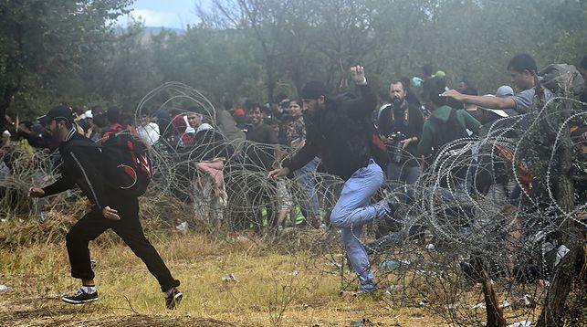 Сотни беженцев нелегально пересекли греческо-македонскую границу