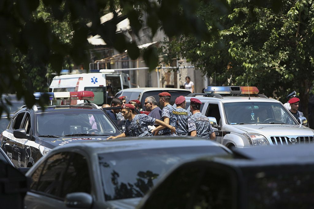 Захватчики здания полиции в ереване сдались властям riaru/world/20160731/1473275183html