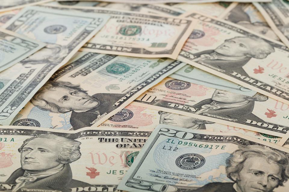 Курс русского рубля продолжает расти, доллар иевро— понижаются