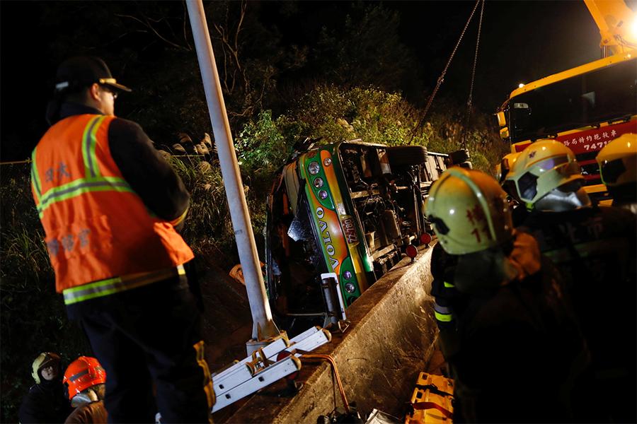 При крушении туристического автобуса наТайване погибли 32 человека