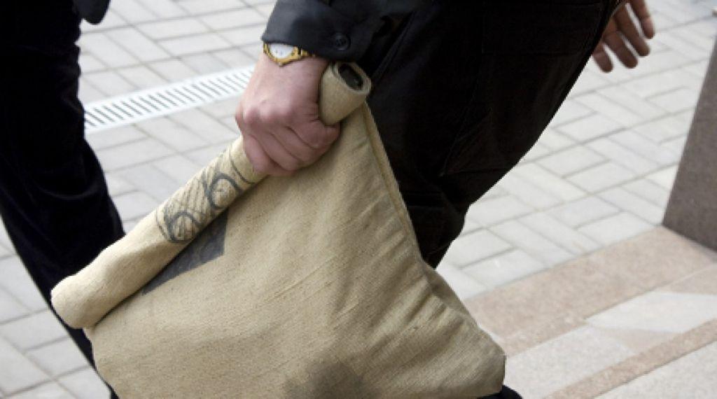 Мужчина отнял упродавщицы вСкиделе инкассаторский мешок свыручкой