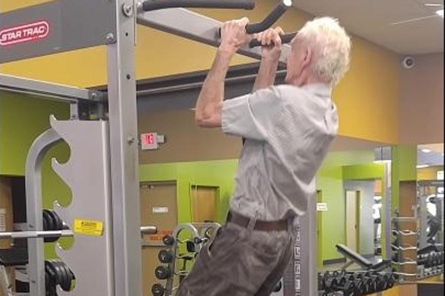 Дедушка изАмерики подтянулся 24 раза вдень своего 90-летия