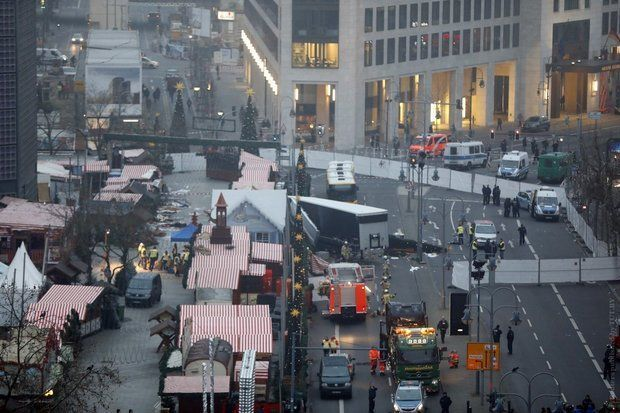 Милиция: Исполнитель теракта вБерлине все еще насвободе— вооружен и рискован