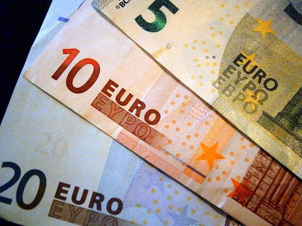 Доллар иевро значительно упали вцене