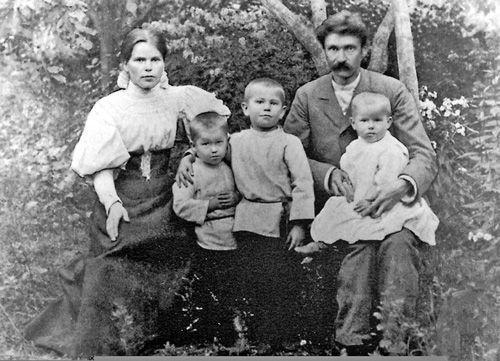 Мария Мякота и Адам Богданович с сыновьями. г. Гродно. 1894 г.