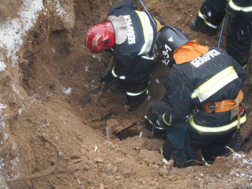 Искателя металлолома засыпало грунтом вЖлобинском районе