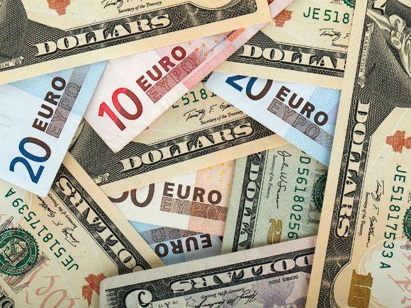 Рубль укрепился к доллару, евро и российскому рублю