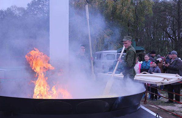 ВСамохваловичах поджарили 380кг картофеля наогромной сковороде