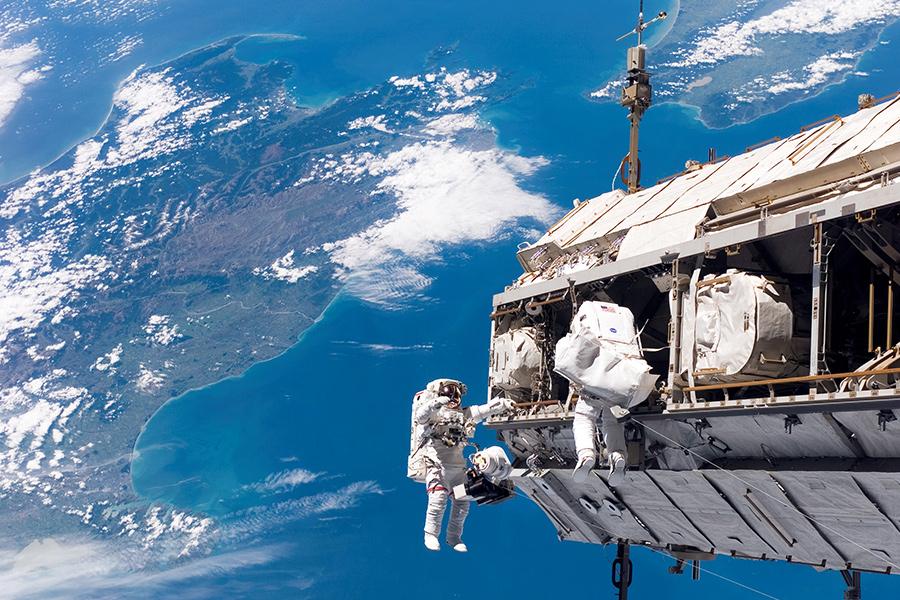 Прямая видеотрансляция выхода воткрытый космос астронавтов МКС