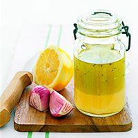 Подсолнечное масло,лимон и лук на деревянной дошчечке