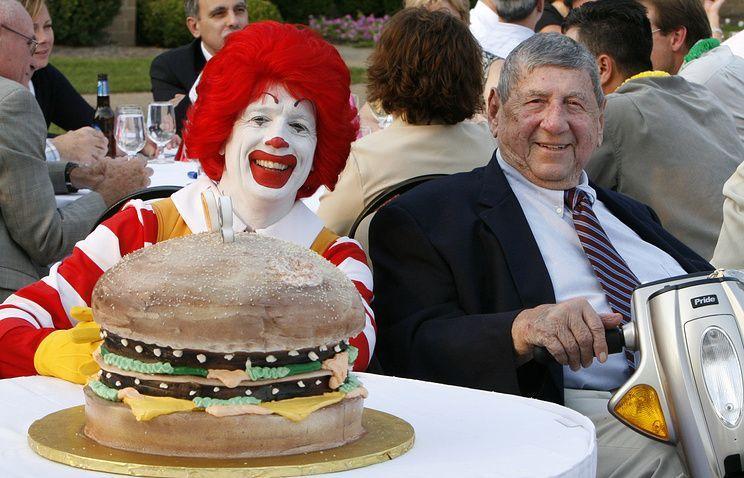 ВСША скончался создатель гамбургера «Биг-Мак»