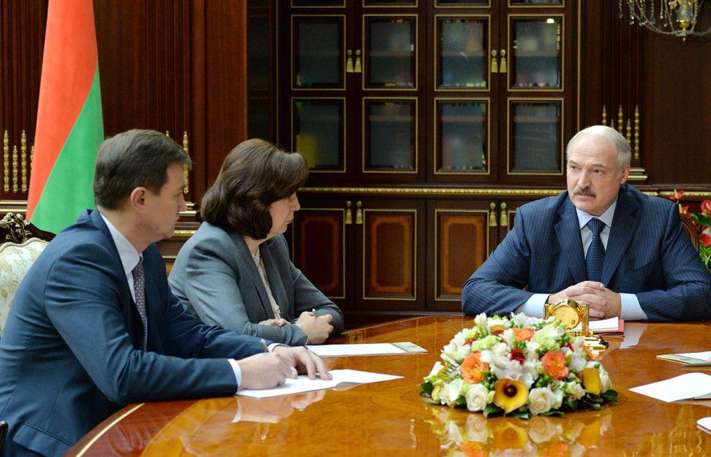 Лукашенко поручил поднять заработную плату до500 долларов, «чегобы это нистоило»
