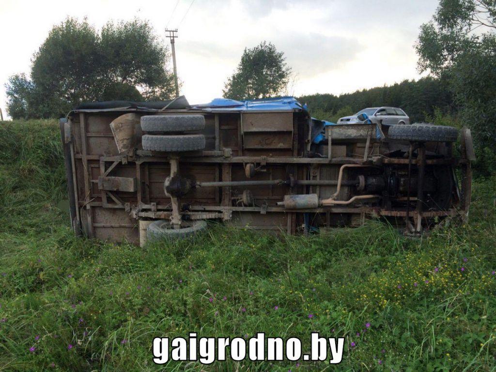 Грузовой автомобиль  спассажирами вкузове опрокинулся вОстровецком районе