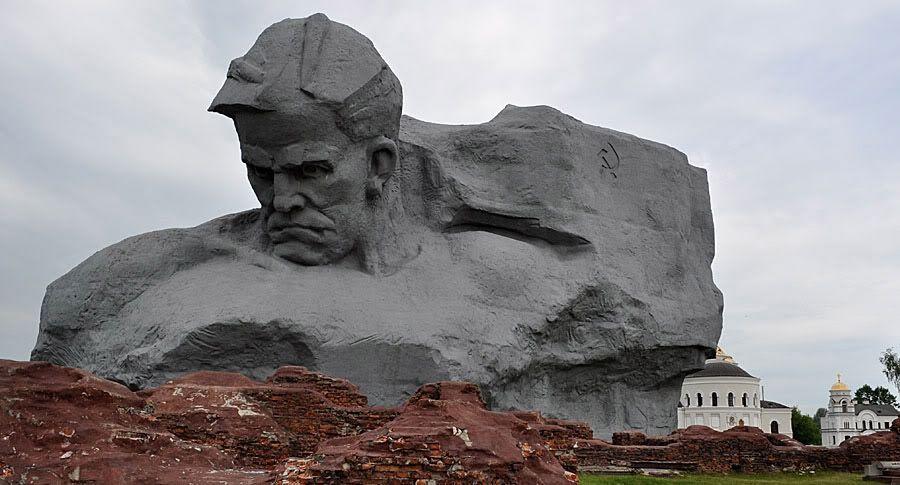 """Брестскую крепость заполонили """"серые"""" экскурсоводы. Каков прейскурант на память?"""