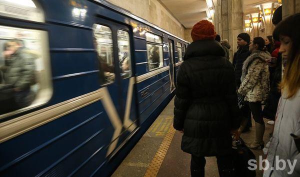 Настанции метро «Октябрьская» нарельсы упал человек