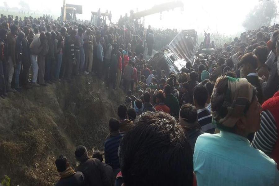 При столкновении школьного автобуса с грузовым автомобилем вИндии погибли дети