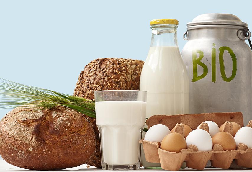 Хлеб,яйца и молоко на столе