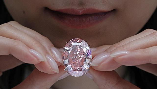 ВГонконге немалый розовый бриллиант продали зарекордную сумму