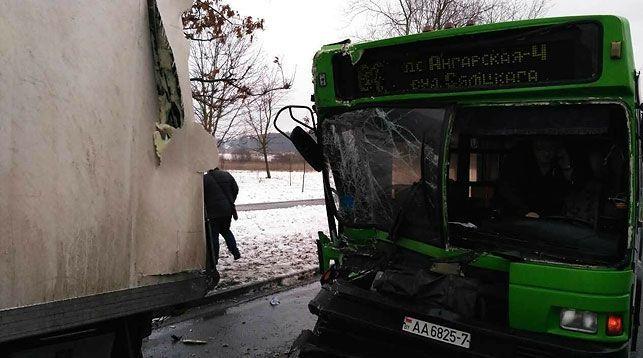 ВМинске шофёр рейсового автобуса незаметил стоящую фуру