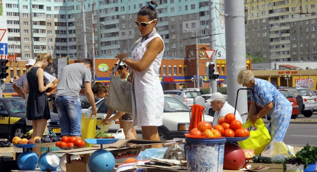 Девушка выбирает овощи на нелегальном рынке