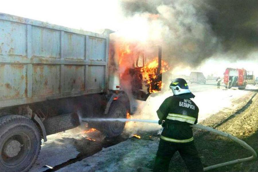 НаМКАД впроцессе движения зажегся грузовой автомобиль МАЗ