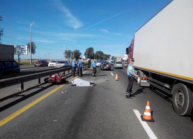 Агрессивное вождение мотоциклиста наМКАД спровоцировало ДТП, один человек умер