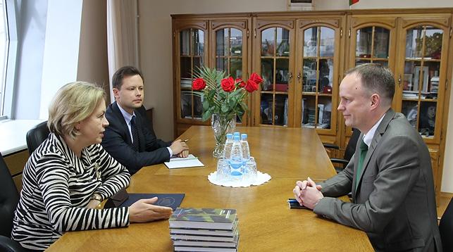 Купчина по поручению Президента Беларуси передала послу Швеции собрание сочинений Алексиевич