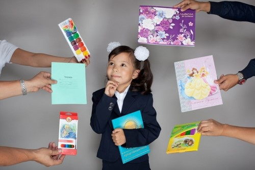 Девочка выбирает один подарок из шести
