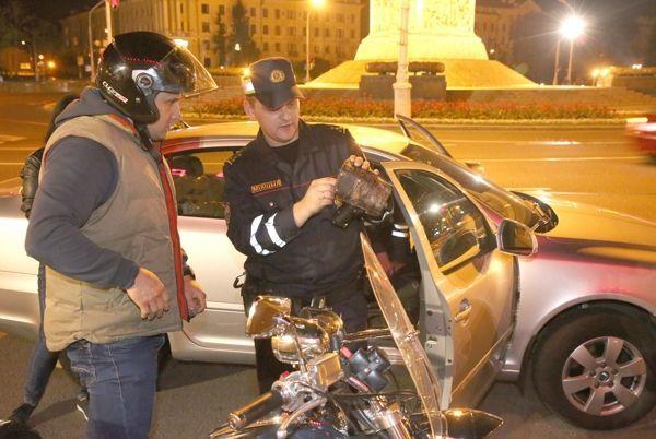 Нетрезвый мотоциклист протаранил патрульную машину вцентре Минске