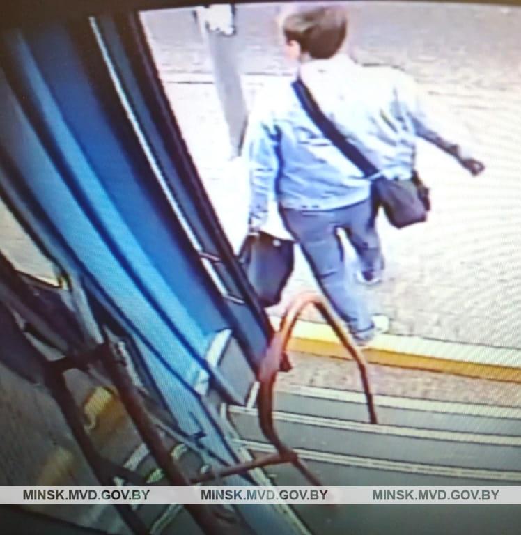 Изолированный мужчина, хулиган на белом фоне. В стиле минимализма ... | 768x748