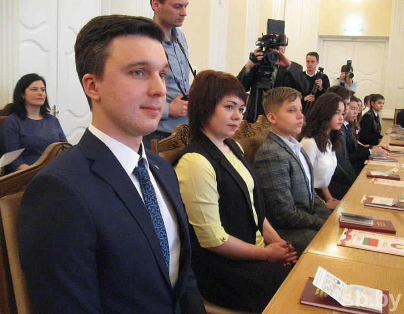 В Брестском облисполкоме Анатолий Лис вручил паспорта юным гражданам Беларуси