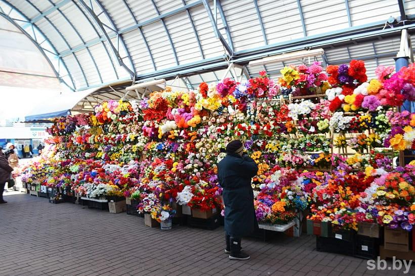 Минприроды призывает не нести на кладбища искусственные цветы