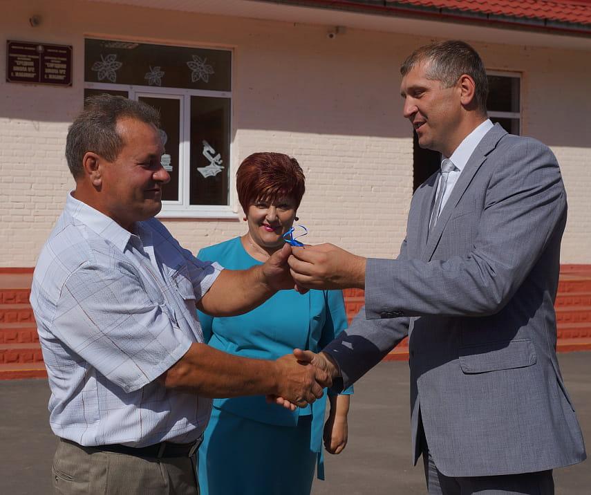 Жабинковской школе передали новый автобус для доставки на учебу деревенских ребят