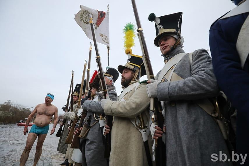Парад униформистов и заплыв на Березине. Подборка лучших фото с фестиваля к годовщине войны 1812 года 25