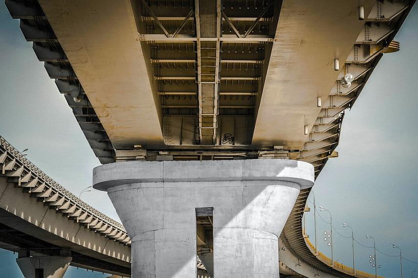 Грузовой автомобиль обрушил мост налегковушки в«Поднебесной»
