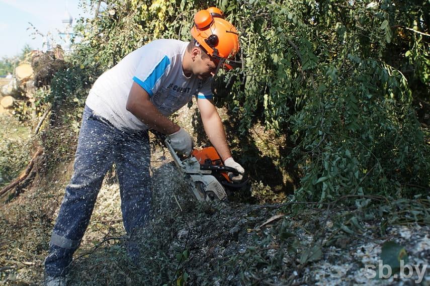 Смотрите, как в Малоритском районе устраняют последствия урагана. Пострадало 139 домов
