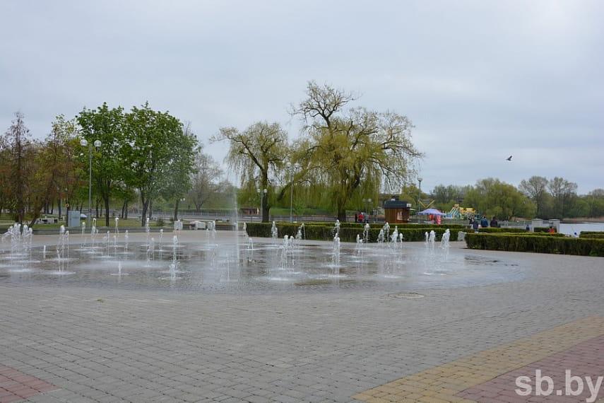 В Бресте стартовал сезон фонтанов. Плюс один, плавающий